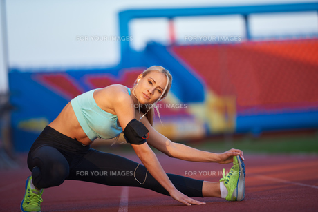 sporty woman on athletic race trackの素材 [FYI00655196]