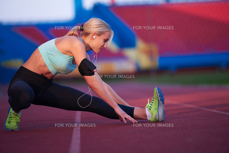 sporty woman on athletic race trackの素材 [FYI00655197]