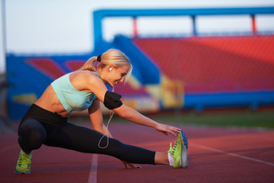 sporty woman on athletic race trackの素材 [FYI00655198]