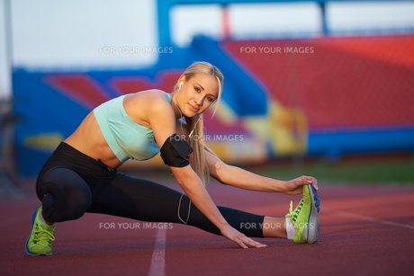sporty woman on athletic race trackの素材 [FYI00655199]