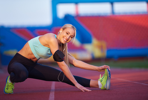 sporty woman on athletic race trackの素材 [FYI00655201]
