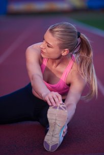 sporty woman on athletic race trackの素材 [FYI00655206]