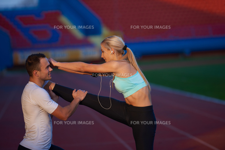 sporty woman on athletic race trackの素材 [FYI00655207]