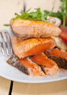 grilled samon filet with vegetables saladの写真素材 [FYI00655227]