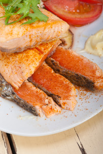 grilled samon filet with vegetables saladの写真素材 [FYI00655230]