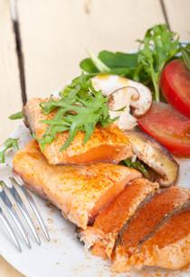 grilled samon filet with vegetables saladの写真素材 [FYI00655238]