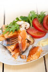 grilled samon filet with vegetables saladの写真素材 [FYI00655239]