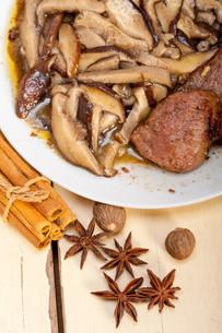 venison deer game filet and wild mushroomsの写真素材 [FYI00655248]