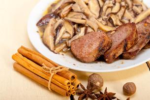 venison deer game filet and wild mushroomsの写真素材 [FYI00655250]