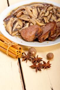 venison deer game filet and wild mushroomsの写真素材 [FYI00655251]