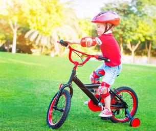 Little boy on bicycleの素材 [FYI00655303]