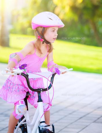 Little girl on bicycleの素材 [FYI00655306]