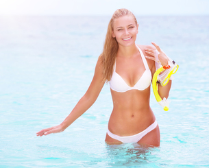 Happy female enjoying beach activitiesの写真素材 [FYI00655317]