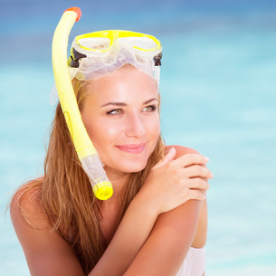 Happy female enjoying beach activitiesの写真素材 [FYI00655324]