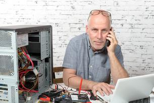 a technician repairing a computerの写真素材 [FYI00655363]