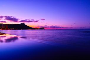 ハワイ 夜明け前のワイキキの写真素材 [FYI00655414]