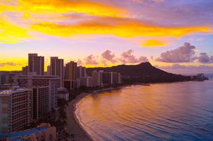 ハワイ 朝焼けのワイキキビーチの写真素材 [FYI00655415]