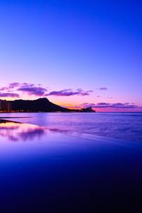 ハワイ 夜明け前のワイキキの写真素材 [FYI00655417]