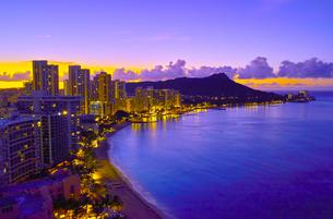 ハワイ 夜明け前のワイキキビーチの写真素材 [FYI00655418]