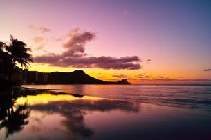 ハワイ 夜明け前のワイキキの写真素材 [FYI00655420]