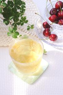 冷たいほうじ茶とアメリカンチェリーの写真素材 [FYI00655834]