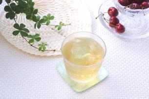 冷たいほうじ茶とアメリカンチェリーの写真素材 [FYI00655835]