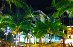 ハワイ ワイキキのカラカウア通りの夜景の写真素材 [FYI00656129]