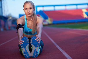 sporty woman on athletic race trackの素材 [FYI00656178]