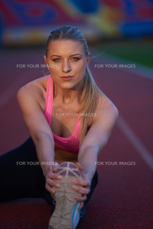 sporty woman on athletic race trackの素材 [FYI00656180]