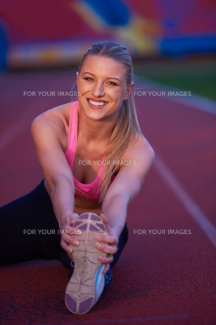 sporty woman on athletic race trackの素材 [FYI00656182]