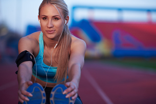 sporty woman on athletic race trackの素材 [FYI00656185]