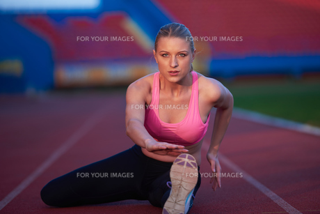sporty woman on athletic race trackの素材 [FYI00656188]