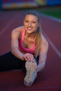 sporty woman on athletic race trackの素材 [FYI00656190]