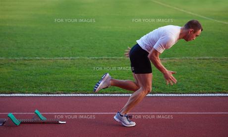Athletic man startの素材 [FYI00656192]