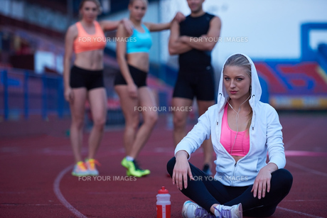 sporty woman on athletic race trackの素材 [FYI00656227]