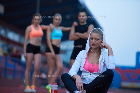 sporty woman on athletic race trackの素材 [FYI00656229]