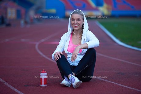sporty woman on athletic race trackの素材 [FYI00656231]