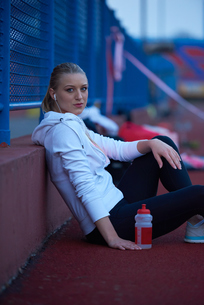 sporty woman on athletic race trackの素材 [FYI00656233]