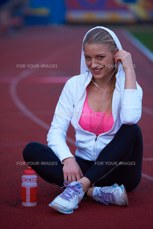 sporty woman on athletic race trackの素材 [FYI00656234]