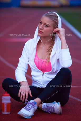 sporty woman on athletic race trackの素材 [FYI00656235]