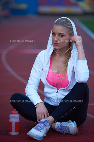 sporty woman on athletic race trackの素材 [FYI00656237]