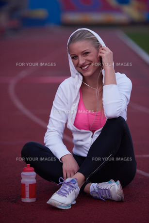 sporty woman on athletic race trackの素材 [FYI00656238]