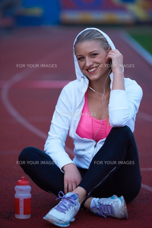 sporty woman on athletic race trackの素材 [FYI00656240]