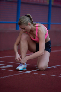 sporty woman on athletic race trackの素材 [FYI00656243]