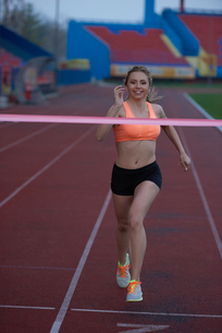 sporty woman on athletic race trackの素材 [FYI00656244]