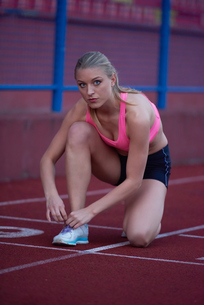sporty woman on athletic race trackの素材 [FYI00656245]