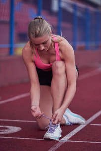 sporty woman on athletic race trackの素材 [FYI00656248]