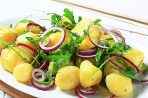 Potatoes with arugula and onionの素材 [FYI00656528]