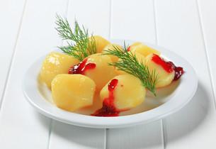 Potatoes with cranberry sauceの写真素材 [FYI00656531]