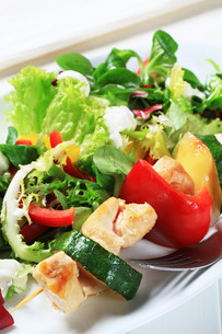 Chicken skewer with salad mixの素材 [FYI00656532]